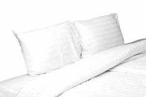 Set lenjerie de pat alba pentru 2 persoane, Bumbac Damasc 100%, 4 piese, Cearceaf pat 200×260, Cearceaf pilota 180×200, Fete de perne 50×70 x 2