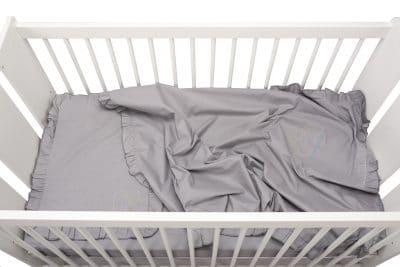 Set lenjerie patut bebe, bumbac (cearceaf pat 60×120, cearceaf pilotă 80×110, față pernă 35×50), brodată, cu volan, GRI