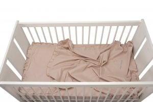 Set lenjerie patut bebe, bumbac (cearceaf pat 70×140, cearceaf pilotă 100×140, față pernă 35×50), brodată, cu volan, ROZ